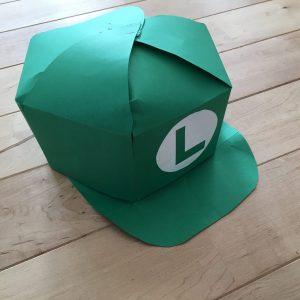 画用紙で作ったルイージの帽子