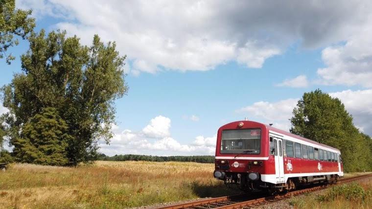 Fahren Sie mit der Kleinseenbahn von Mirow nach Neustrelitz und haben Sie Anschluss an den Kleinseenbus.