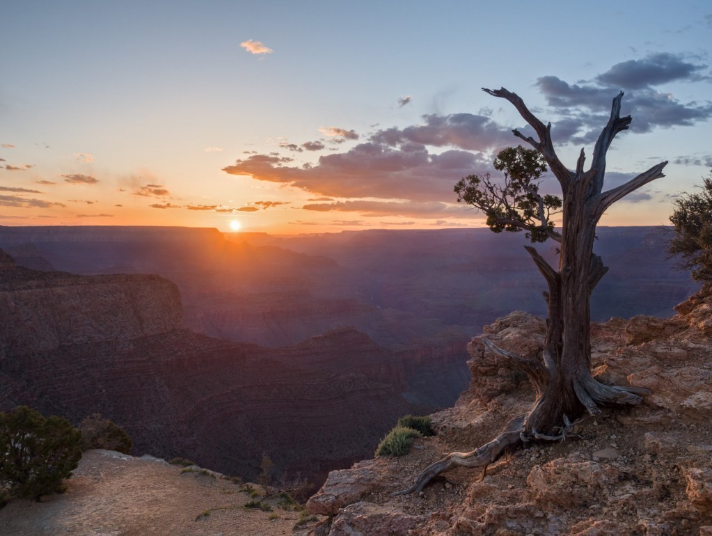 Blick in den Grand Canyon bei Sonnenuntergang