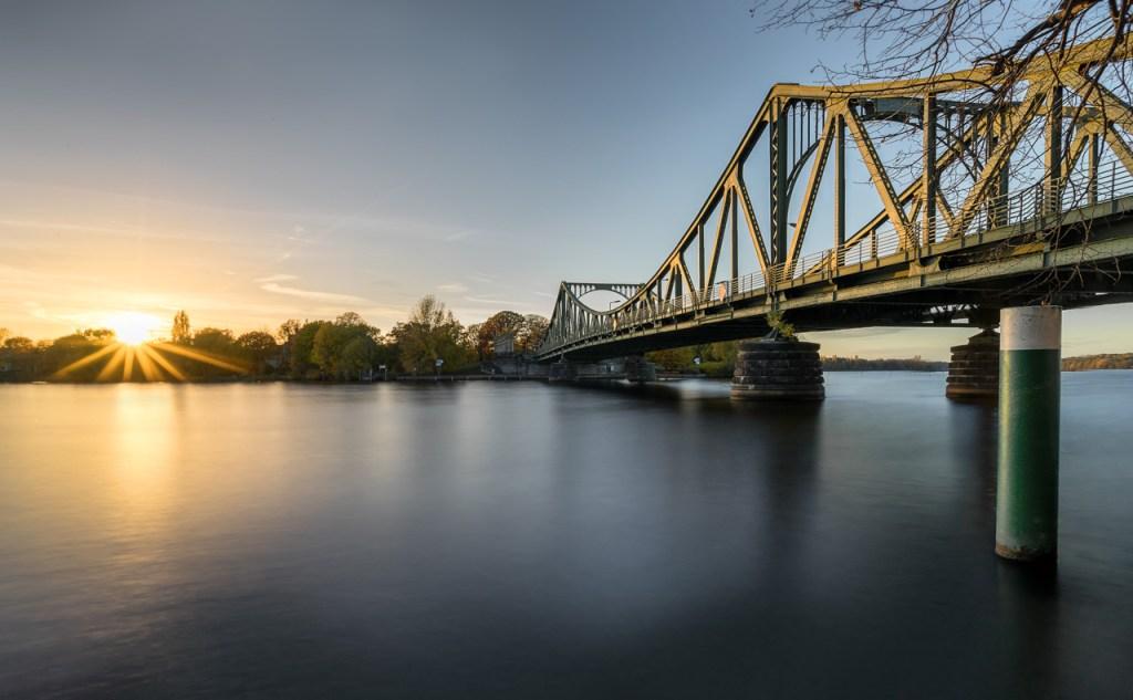 Die Glienicker Brücke in Berlin und Potsdam.