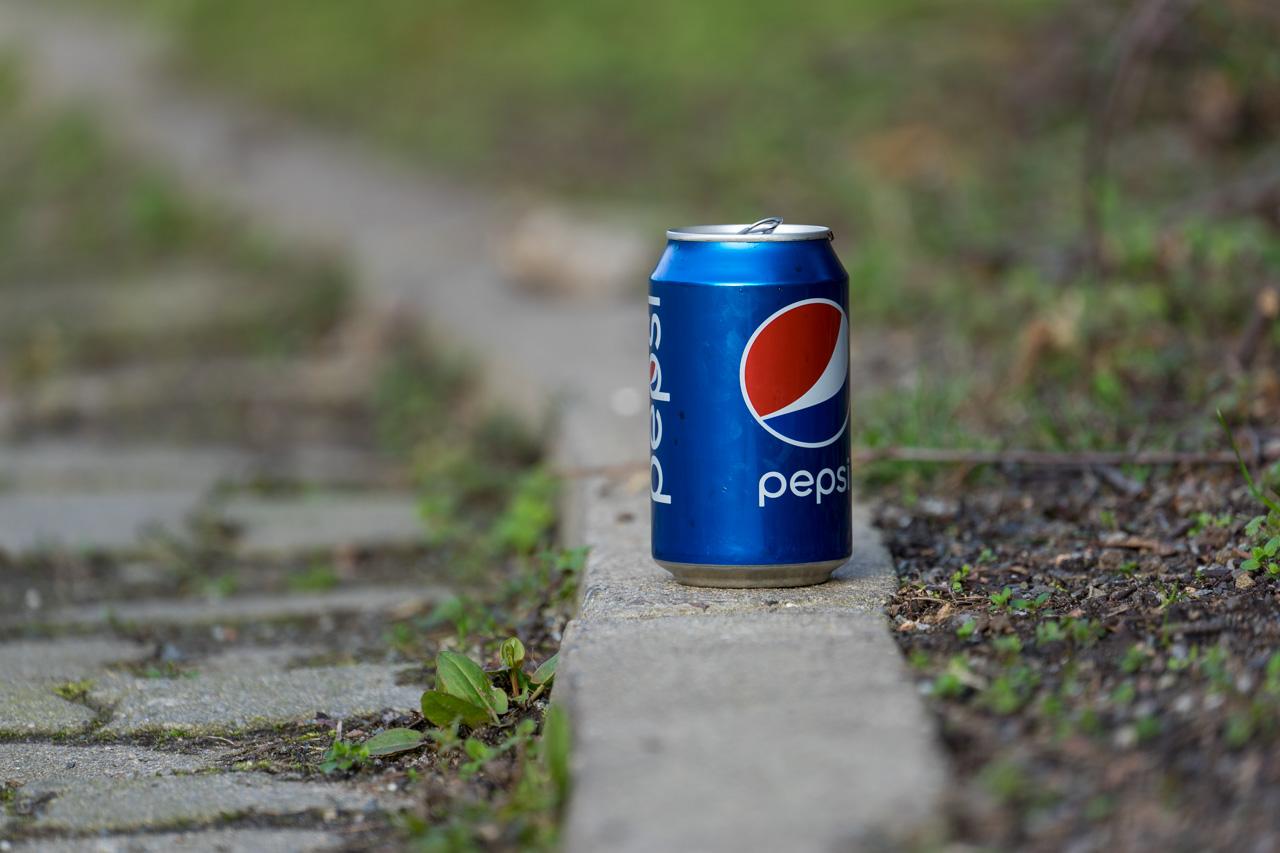 Eine Dose Pepsi am Straßenrand