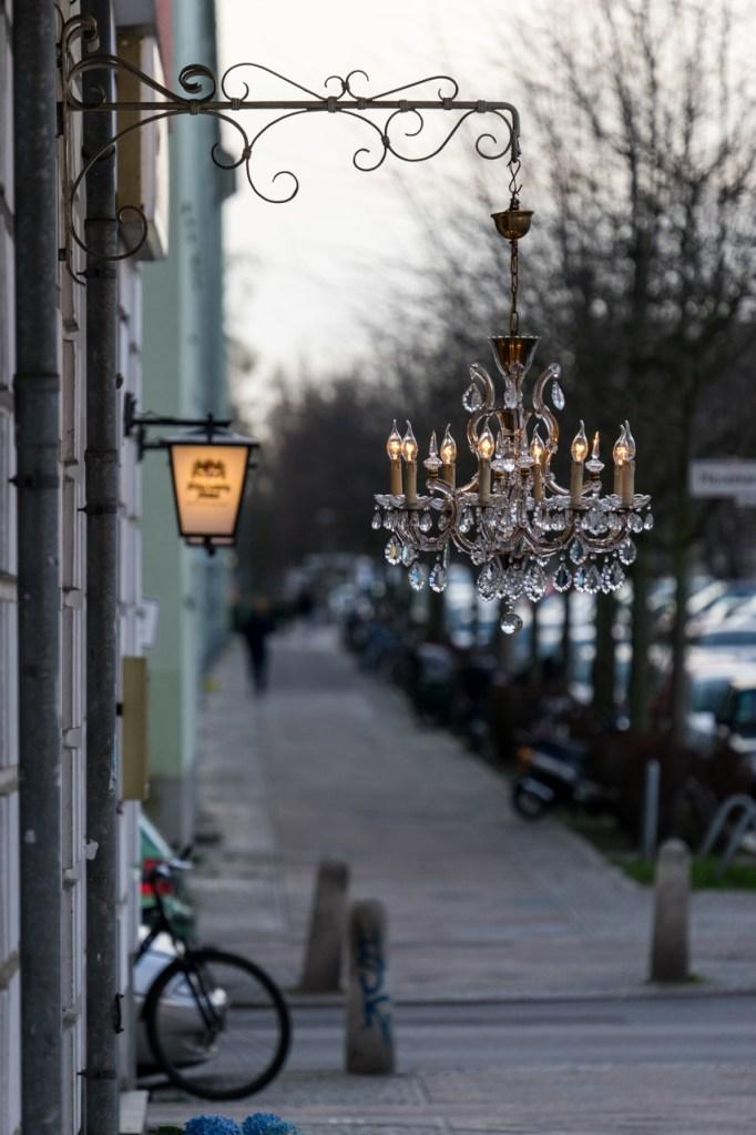 Ein Kronleuchter auf der Straße in Berlin