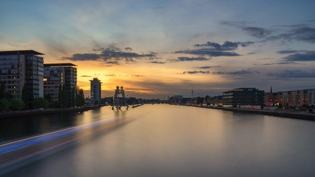 Elsenbrücke in Berlin Treptow mit Blick auf Kreuzberg