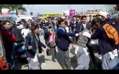 उत्तराखंड – स्कूल की लड़कियों में गैंगवार,  लड़का था कारण, सड़क पर मारपीट