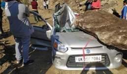 चलती कार के ऊपर पहाड़ी से गिरा बड़ा पत्थर, दूसरी घटना में एसडीएम का वाहन दुर्घटनाग्रस्त, Uttarakhand News