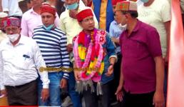 Video पवनदीप राजन अपने घर लोहाघाट पहुंचे, इंडियन आइडल ग्रांड फिनाले से ठीक पहले