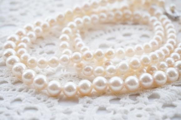 喪服に合わせる真珠の色は白と黒どれが正式?ピンクやベージュ系は? の画像