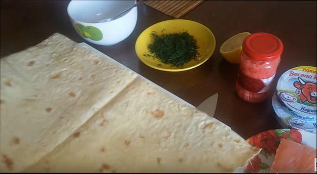 prazdnichnyj-rulet-iz-lavasha-s-krasnoj-ryboj-poshagovyj-recept