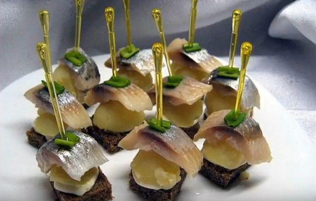Праздничные канапе на шпажках из селедки и хлеба
