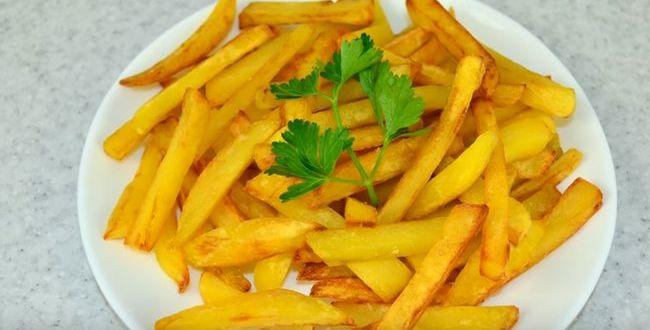 Жареная картошка с золотистой корочкой на сковороде