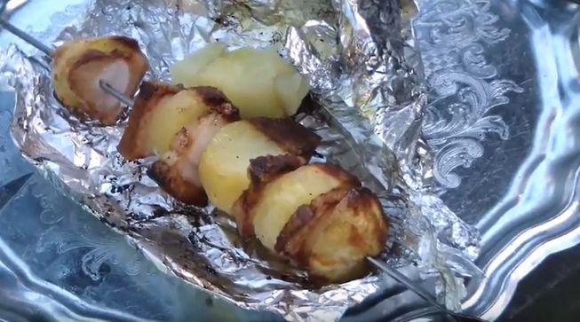 Запечённый с салом картофель на углях в фольге