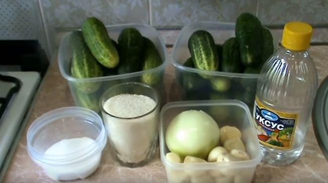 Как готовится салат из огурцов на зиму, рецепт по шагам