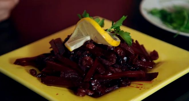 свекольный салатик с луком и брусникой