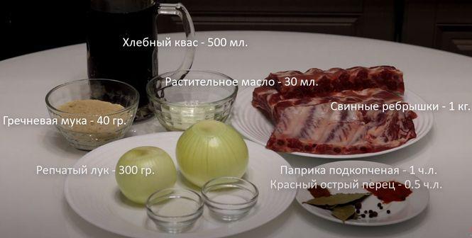 мясные колбаски или кусочки мяса