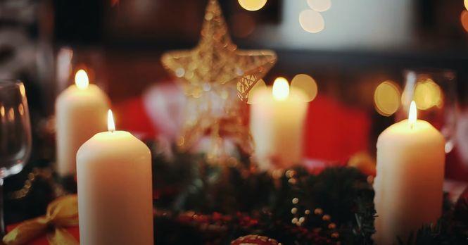 Свечи нередко используются в праздничном оформлении