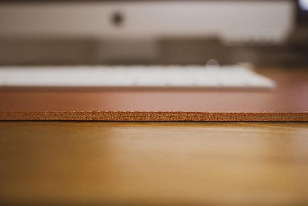 Satechi Ecoレザー デスクメイト デスクマットの厚みは約4mm