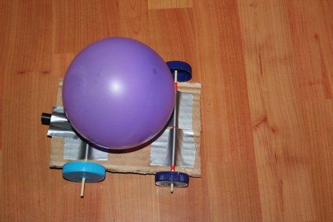 Coche casero propulsado por el aire de un globo