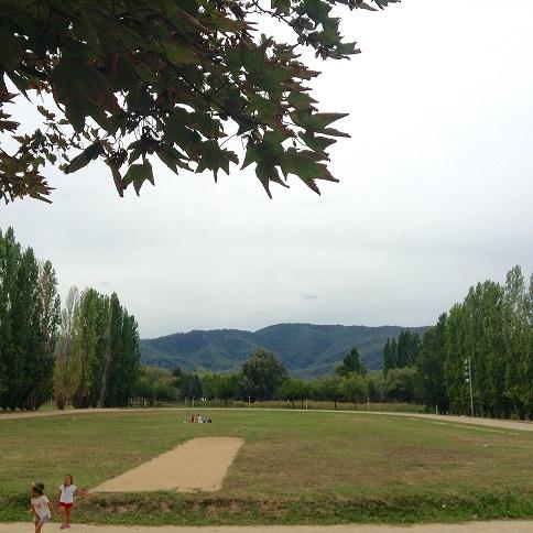 Explanada zona picnic Banyoles