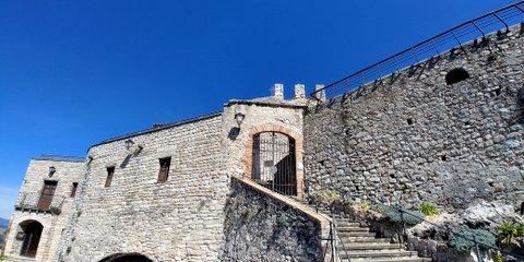 Escaleras entrada al Castell de Subirats