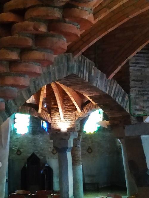 Detalle de las columnas y arcos en el interior de la Cripta Gaudí