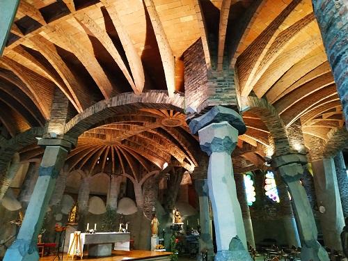 Detalle del techo y las columnas de la Cripta Gaudí