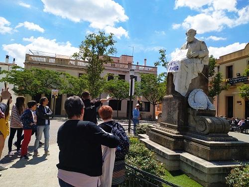 Público en la Plaza de la Colonia Gúell durante la visita