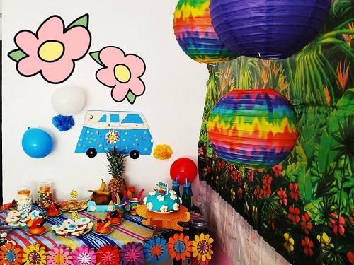 Visión general de la decoración y la mesa para fiesta hippie