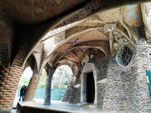 Detalle del porche del exterior de la Cripta