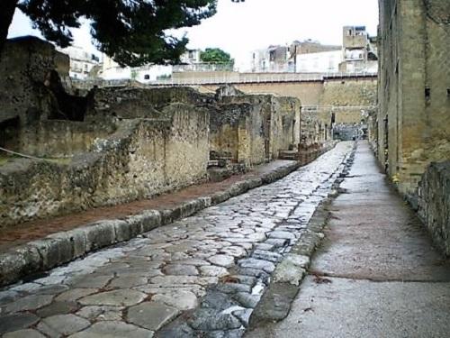 Una calle romana, con sus aceras y casas