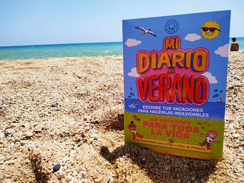 Portada del libro, al fondo se ve la playa