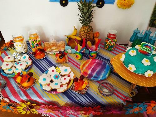 Mesa con la comida de cumpleaños happy flower, mucho color
