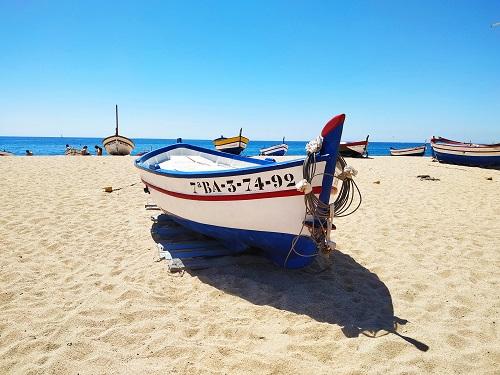 Barca en la playa de Calella, Maresme