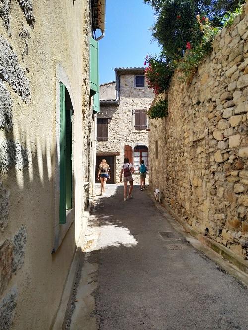 Calle estrecha con casa de piedra en Lagrasse