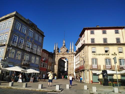 Plaza con edificios y Porta Nova, Braga