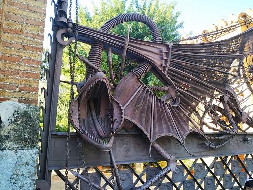 Puerta y dragón, pabellones Güell