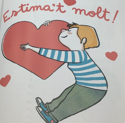 Chica abrazando corazón y frase quiérete mucho