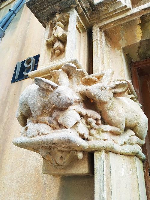 Cal Girona. Detalle del relieve, conejos