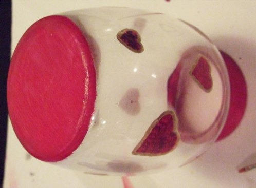 Paint bottom of the vase red.
