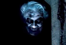 vieja fea en la oscuridad