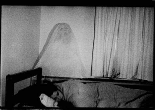 fantasma cerca a la cama
