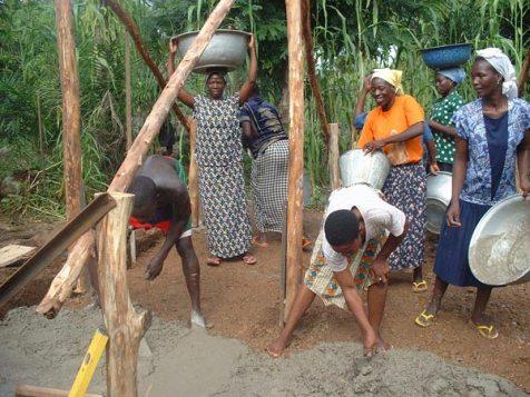 Construction d'un poulailler à Lassa.