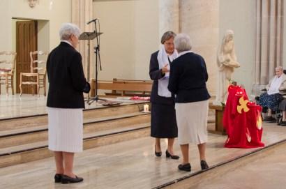 Sr Monique remet à Sr Reine-Claude les constitutions des Sœurs du Bon Secours de Chartres