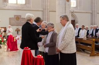 Sr Reine-Claude remets les croix des Sœurs de la Miséricorde