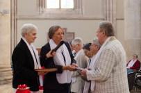 Sr Reine-Claude remets les constitutions des Sœurs de la Miséricorde de Sées