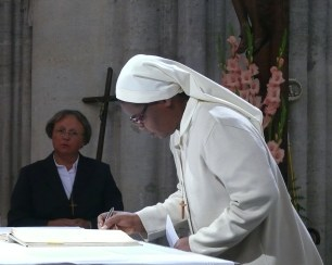 Signature de la cédule de profession sur l'autel du saint Sacrifice, sr Véronique de la Sainte Face