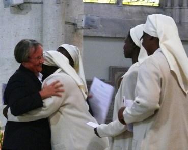 Baiser de paix entre sr Reine-Claude et sr Véronique de la Sainte Face