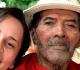 Jovem da Aliança de Misericórdia com idoso