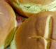 Pães com cruzes desenhadas em cima