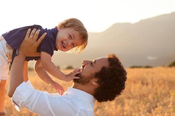 Pai ergue o filho para o alto