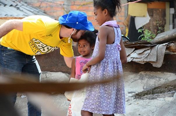 Crianças interagem com irmão da Igreja Batista